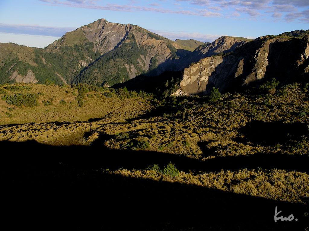 望崖山好美的早晨光線,遠拍東郡大山