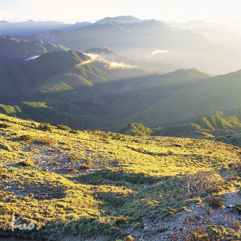 圖九. 馬利加南山日出時分攝樸落西擴山稜線.線條分明可辨。