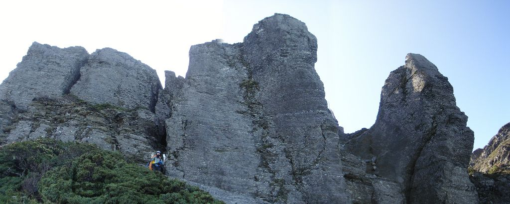 圖二十六.再來一張近拍完整的大門牙與雙塔.如屏展開岩牆.左而右依序大門牙.北塔.南塔.人立處為神奇山洞入口(偉恩攝)