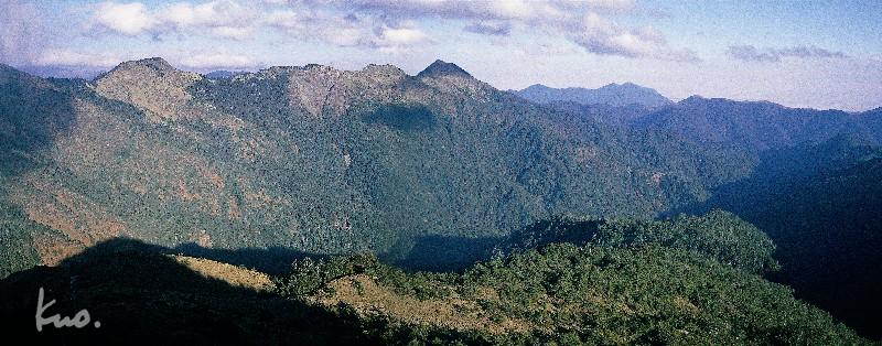 圖六.卓社東峰攝火石稜.中間為火山.右邊那小山頭就是草山.中間為見晴山塊。(戶外數位檔)