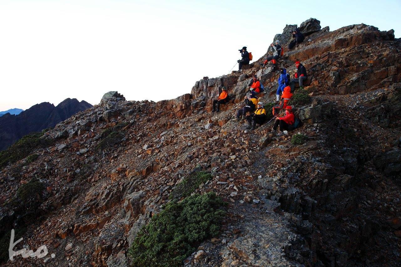 09-馬上要進入圓峰到玉山主峰稜上路最危險區段,暫且賞個日之出,等再量一點再出發,這個帶頭的還真會算時間。
