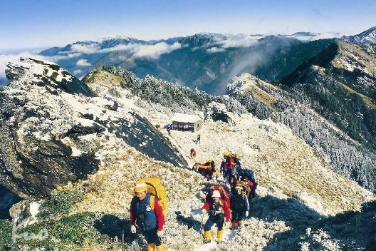 圖說:3500m山屋完全溶入群山環抱,美得令人嘆息。攝於1983.01.02.