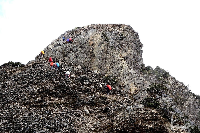 28-老郭最欣賞的山岳之一。登頂之路,巧妙迴閃銳利原石間,看似無可登頂,實則老天爺早就安排好了。九隻小螞蟻添加一些顏色。