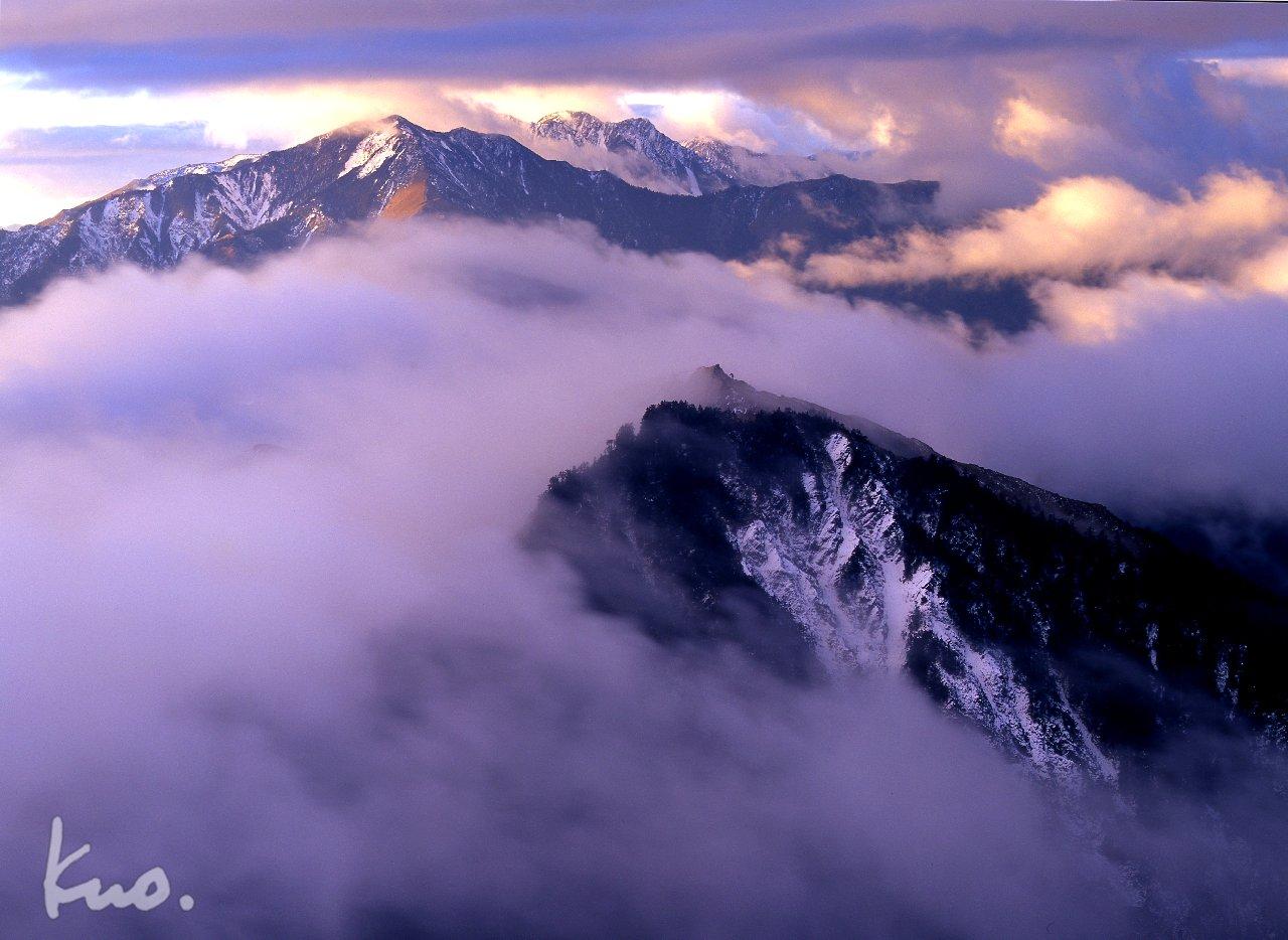立傳-3-6從東郡大山的夕陽-正北偏東-方向望去。 高高在上的馬博拉斯山,尖銳不可當直插天際,雲彩分隔的秀姑與本鄉,益加抬舉了馬博拉斯山氣勢。 禮拜一,上班心情多會較低落,彩霞夕照會喚起一些精神吧。生活、上班要如馬博銳不可當,如四周環繞雲彩,活潑生動,多采多姿。