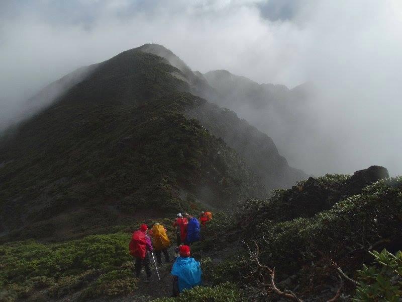 0-2-縱行朦朧稜線,勇敢無畏走入山的懷抱。攝影:郭銘憲