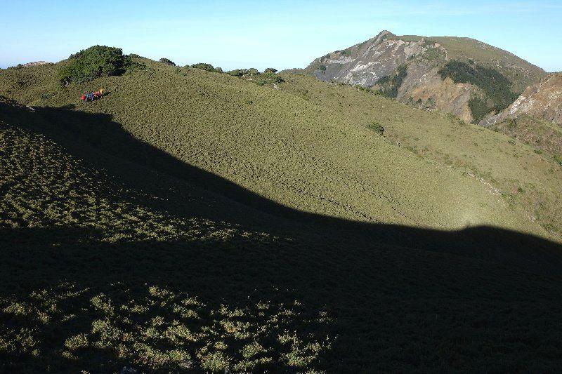 0-3-瞻仰大山親近中,轉山來到山腳下的卑微人們,如同螞蟻般的微小。